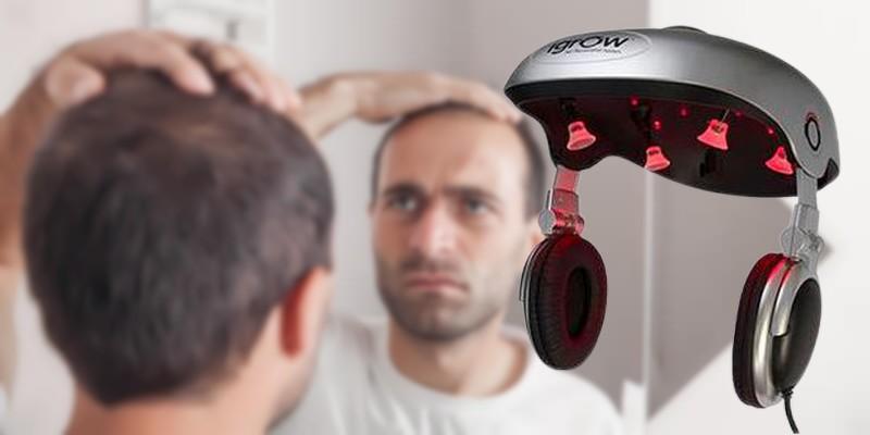 Homme qui regarde ses cheveux dans un miroir - Casque laser Igrow