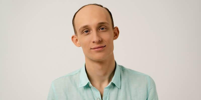 Jeune homme chauve