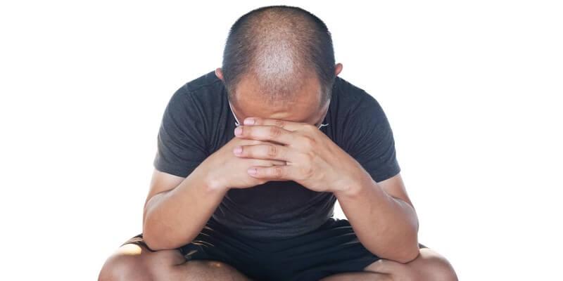 Homme chauve déprimé